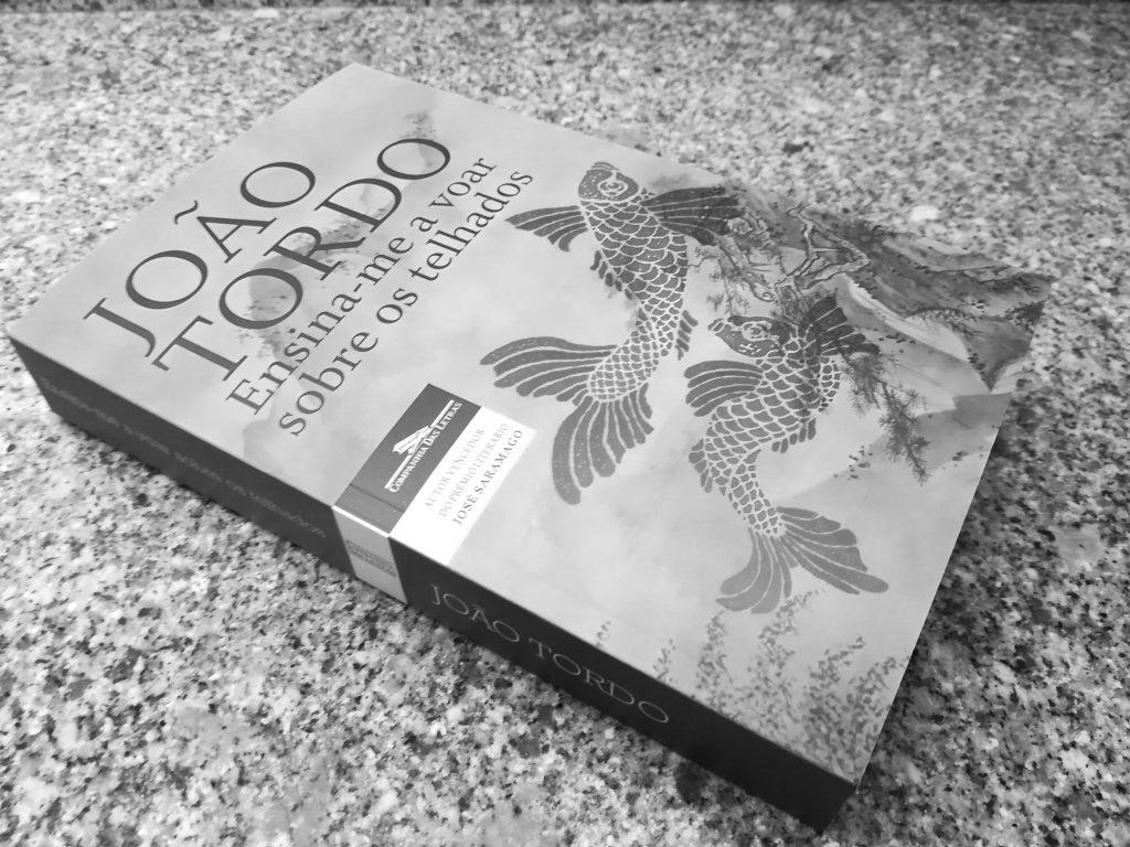 Recensão do livro Ensina-me a voar sobre os telhados, da autoria de João Tordo, editado pela Companhia das Letras em 2018.