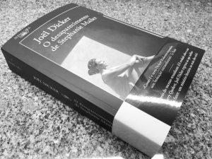 Recensão crítica do livro O Desaparecimento de Stephanie Mailer, escrito por Joël Dicker e editado pela Alfaguara em 2018 | INTRO
