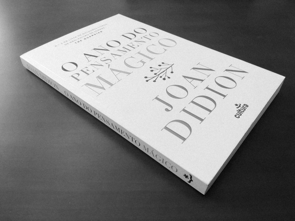 Recensão crítica do livro O Ano do Pensamento Mágico, da norte-americana Joan Didion, publicado em Portugal, no ano de 2017, pela Cultura Editora | INTRO
