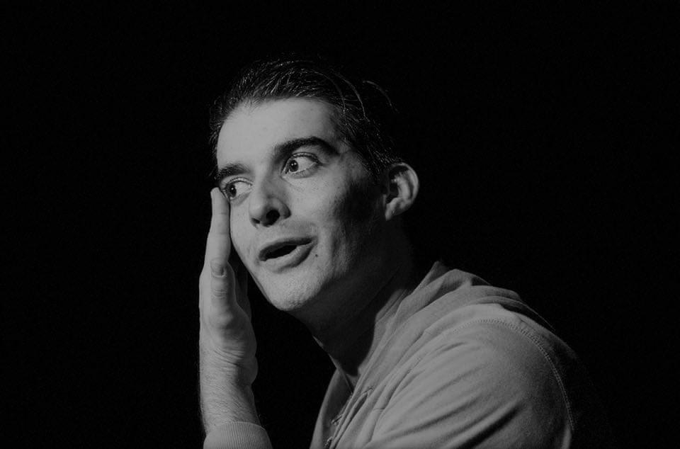Crítica da peça Sarna, do dramaturgo irlandês Mark O´Rowe, protagonizada por Pedro Frias, apresentada no Mosteiro de São Bento da Vitória a 2/11/2019 | INTRO
