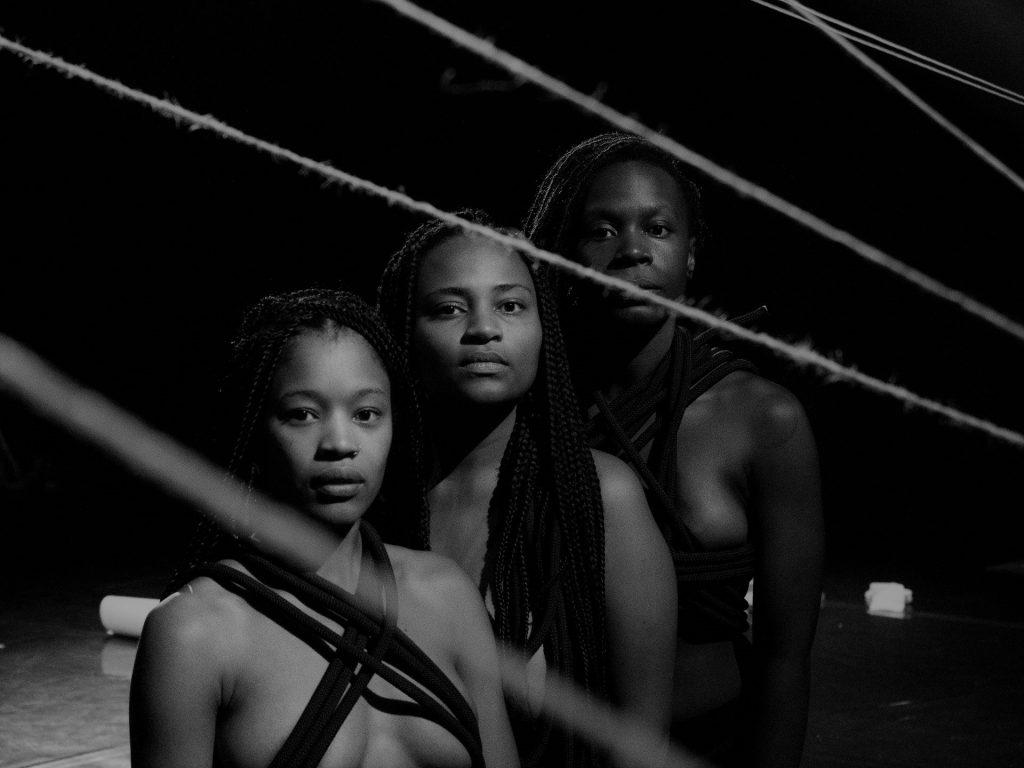 Reportagem/crónica sobre a peça Aurora Negra, apresentada no Teatro Nacional D. Maria II no passado dia 3 de Setembro de 2020 | INTRO
