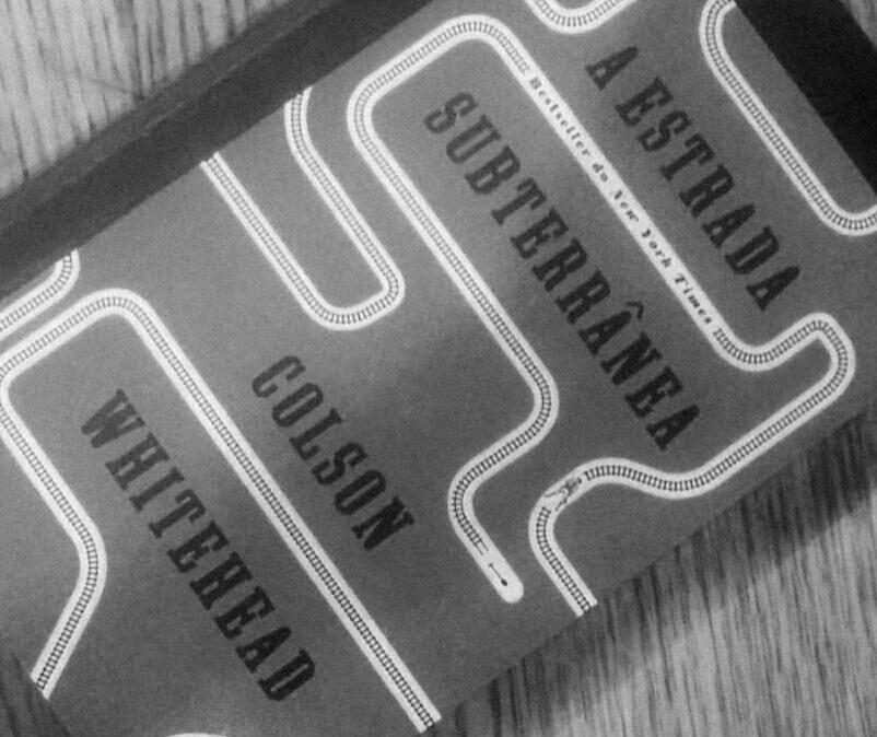 """Recensão do livro multi-premiado """"A Estrada Subterrânea"""", escrito por de Colson Whitehead e editado pela Alfaguara Portugal em 2017 - INTRO"""